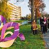 F2501<br /> De onthulling van het kunstwerk aan de Essenlaan door wethouder Wilbrink en kunstenaar mevr. Brand. Foto: 2003