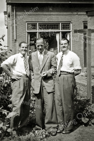 F2915<br /> het midden Mart Bakker (familie van Kistenfabriek Bakker). De gebr. De Zwart waren broers van zijn vrouw Riet Bakker. De foto is genomen aan de achterkant van zijn huis op de Menneweg 69.