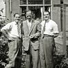 F2915<br /> In het midden Mart Bakker (familie van Bakker van de kistenfabriek). Hij wordt geflankeerd door de tweeling De Zwart, die broers waren van zijn vrouw Riet. De foto is genomen aan de achterkant van zijn huis op de Menneweg 69.