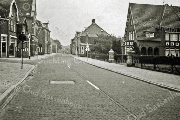 F0971 <br /> Hoofdstraat ter hoogte van park Rusthoff. Links de Charbonlaan. Foto: ca. 1951.