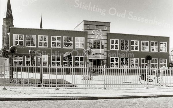 F2496<br /> Basisschool De Rank aan de St. Antoniuslaan, geopend op 25 mei 2002.  Van 1954 tot 1999 stond op deze locatie de mavoschool Don Bosco. Foto: 2002.