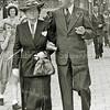 F2975<br /> Dokter A.A. Hueber (1893-1956) en zijn echtgenote mevr. H.A.M. Hueber-Maat (1889-1977). Dokter Hueber was huisarts in Sassenheim van 1927 tot 1956 , woonde en had zijn praktijk op Hoofdstraat 201. (zie ook SBW) Foto: 1950.