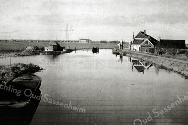 F1076 <br /> De Leidsche Hek Tol aan de Haarlemmertrekvaart in Oegstgeest. Foto: 1949.