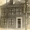 F0791 <br /> Links naast Huize Rusthoff stond  eveneens aan de Hoofdstraat de voor de heer Charbon in 1900 verbouwde woning van de heer Oswald van Eck. Laatstgenoemde was gemeentesecretaris van Sassenheim en getrouwd met Charbons oudste dochter. Foto: vóór 1921.<br /> <br /> [Collectie Oudshoorn 018: verbouw herenhuis J.A. Charbon (O. van Eck). Hoofdstraat 158 volgens oude nummering (links naast Rusthoff.]