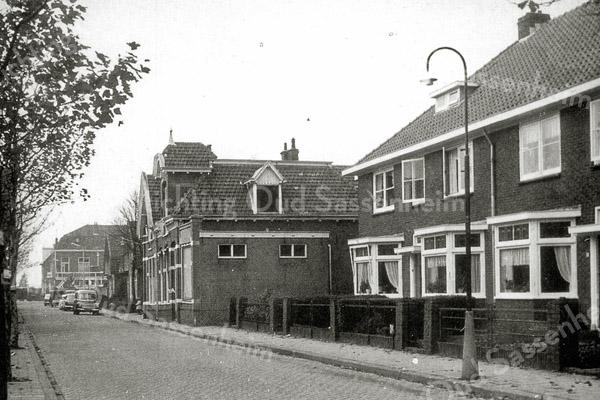 F0544 <br /> De Molenstraat begin jaren '60, kijkend in de richting Hoofdstraat. De huizen rechts vooraan zijn gebouwd in 1934. De gasfitterswoning (midden) is in 1967 afgebroken. Woonstichting Vooruitgang vestigde zich toen op deze plaats in een nieuw gebouwd pand. Eind vorige eeuw bouwde aannemer Kiebert voor zichzelf een nieuw bedrijfspand op dezelfde locatie. Foto: jaren '60.