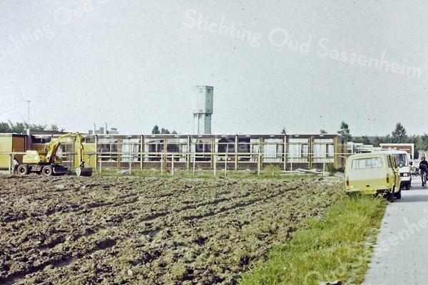 F3200 <br /> Het toegangspad naar het Rijnlands Lyceum. Foto: augustus 1989.<br /> Collectie C. Pieterse.