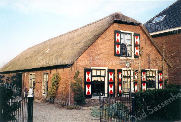 F0212a <br /> Foto van de boerderij Postwyck, Hoofdstraat 109, gezien van links. In de noordoostgevel bevindt zich een steen met inscriptie: Jansje van der Klugt Ao 1844. De fam. Godefroy heeft op de boerderij gewoond, daarna Dirk v.d.Vis en weer later o.a. de fam. Mazee. De laatste was geen boer, maar wel een liefhebber van paarden. Toen in 1997 de foto genomen werd, woonde ir. M.A.A. Kooter op de boerderij. Op deze foto is de gevelsteen met de naam 'Postwyck' erop nog te zien; deze is later verdwenen.