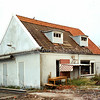 F2105<br /> Het laatst overgebleven huis van het buurtje De Vergunning aan de Vaartkade. Er stonden meerdere huisjes die eigendom waren van de fa. Kiebert. Het gezin E. Waasdorp sr. woonde hier tot 1938. Het pand, dat nog jarenlang heeft dienstgedaan als schaftlokaal voor het personeel van Kiebert, is op de foto dicht bij de sloop. Uiterst rechts zien we de achterzijde van de moskee aan de Vaartkade.