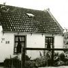 F4386<br /> Het witte huisje van de fam. W. van Klaveren aan de Teijlingerlaan. Willem was belast met het overzetten van bezoekers aan de ruïne. In de jaren '90 is het huis gesloopt om plaats te maken voor twee nieuwe woningen. Foto: 12-7-1937