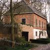 F0903 <br /> Voormalige schuur in sterk vervallen toestand. Is sinds begin jaren '90 geheel gerestaureerd en als woonhuis ingericht, met behoud van de oude stijl. Het pand behoorde vroeger bij de boerderij op het landgoed Ter Leede. Foto: 1998.