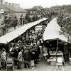 F1825 <br /> De eerste weekmarkt op de Hortuslaan, kort na de opening op 27 juni 1957.