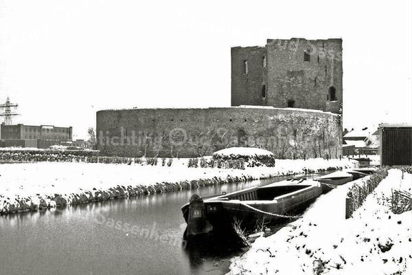 F0459b <br /> Ruïne van Teylingen. De waterburcht, een verdedigingswerk uit het begin van de 13e eeuw, heeft een donjon en een ringmuur van 37 m doorsnee. Na het geslacht Van Teijlingen kwam het slot aan de graven van Holland. Is diverse keren verwoest en herbouwd, maar na de brand van 1676 is het een ruïne gebleven. Sinds een aantal jaren is de ruïne te bezichtigen.
