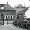 F3348<br /> Bep Duchâteau heeft  in 1961 het witte pand gekocht, dat is later gesloopt. Het pand van juwelier Wielinga staat nu op deze plaats. Achter het witte huis is de jongensschool te zien.