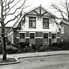 F1350b <br /> Een woonhuis en daarachter een bollenschuur aan de J.P. Gouverneurlaan nr. 30, gebouwd in 1913. De bollenschuur was in gebruik door Esseveld & de Wilde, daarna door Heikoop & Voorsluijs. In het huis heeft het laatst de fam. Voorsluijs gewoond. Na sloop van woonhuis en bollenschuur kwam hier het LTB-accountantsbureau en nu (2016) is hier sinds vele jaren het notariskantoor De Ruiter gevestigd. Het huis rechts op de foto staat er nog.