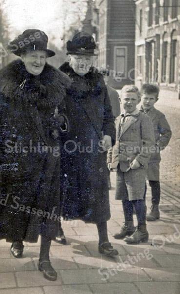 F3491<br /> De dames Martha Langelaan-van Tol en Huipie Hartveld.