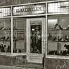 F2264<br /> De schoenenwinkel van G. van Breukelen in de Floris Schoutenstraat.