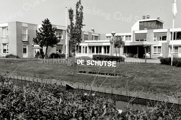"""F2620<br /> Woonzorgcentrum """"De Schutse"""" aan de Jan van Brabantweg 1, gebouwd in 1987. De foto is genomen vanaf de Teylingerlaan."""
