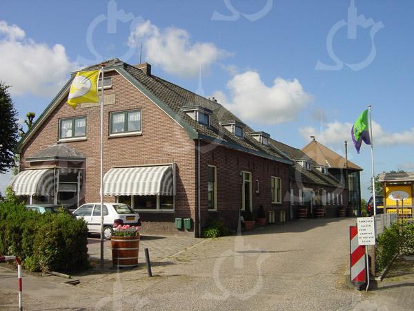 F0751 <br /> Aan het eind van de 3e Poellaan (op de uiterste punt van de Hellegatspolder) ligt de zuivelboerderij Hoeve Alida van de fam. Pennings, met van oudsher het adres Hellegatspolder 1 te Warmond. De boerderij ligt aan de ringvaart van de Haarlemmermeerpolder en werd gebouwd in 1929. Foto: 2003.