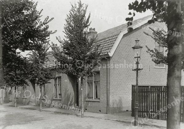 F0837 <br /> Collectie Oudshoorn 067: vier woonhuizen in de Bijdorpstraat, A. van Groeningen.  We zien de noordkant van de straat. De huizen rechts hebben de nummers 33 en 35.<br /> Foto: vóór 1921.