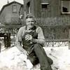 Fcs0366<br /> Antoon Knegt in de tuin in de Hoekstraat. Foto: 1947.