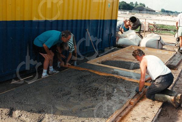 F4330<br /> Het maken van de 'dug-outs', betonnen platen die op het dak van het clubgenouw worden gelegd.. Links Henk Rutte en Jaap van Vliet. Rechts Theo van Leeuwen. Foto: 1994-1995i