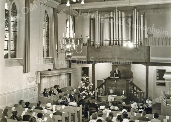 F3204<br /> De Ned.Herv. Kerk (Dorpskerk). Op de kansel staat ds. A. Westra..