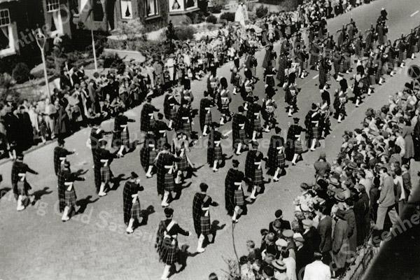 F1075 <br /> Bloemencorso met een Schots muziekkorps. Foto: ca. 1956.