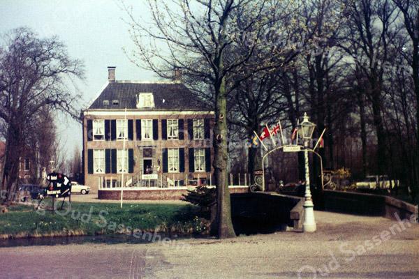 F0312 <br /> Het Oude Koningshuys aan de Wilhelminalaan, in eerste aanleg gebouwd in de 17e eeuw, maar in de 18e eeuw ingrijpend verbouwd. Oorspronkelijk heette het 'de hofstede, genaamd het huijs Ter Nieuwburgh'. Tegen het einde van de 17e eeuw ontstond de naam Het Oude Koningshuys. De hiervan was dat het huis werd aangekocht om er twee Portugese prinsessen in te huisvesten. Vanaf 1946 tot begin jaren '80 was het hotel-café-restaurant. Foto: jaren '80.