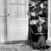 F4006a <br /> Baartman & Koning organiseerde in de jaren '50 tentoonstellingen in de V.S. Drie meisje van het kantoor dienden als fotomodel.  Het zittende meisje is Lies van Leeuwen. Het meisje links is Henny van de Voort en rechts staat Aleida van Teylingen. Foto: 1953.