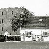 F1906 <br /> Het woonhuis van de familie van Klaveren aan de Teylingerlaan, naast de ruïne van Teylingen. Dit huis stond in buurtschap Teijlingen in Voorhout, net over de grens met Sassenheim.