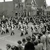 F1070 <br /> De Koninklijke Militaire Kapel voor huize Vredesteyn aan de Hoofdstraat. Foto: ca. 1955.