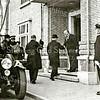 F2026<br /> Burgemeester begroet prins Hendrik. Politieman Geerts staat rechts.