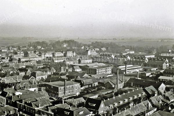 F3210<br /> Luchtfoto van de bollenschuren in het centrum van Sassenheim. Rechtsonder het rijtje huizen aan de Kerklaan. Links loopt de Hoofdstraat. Middenachter de brandweerkazerne met links daarvan de Molenstraat. Bollenschuur (rechts)midden is van B.D. Kapteijn.  Foto: jaren '50.