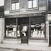F3489<br /> De kruidenierswinkel van Willem Zijerveld aan de Hoofdstraat nr. 103. Zijn vrouw, Lijsje Vellekoop, bestierde de winkel (toen Hoofdstraat 57). Willem was timmerman, begrafenisondernemer van de Eerste Sassenheimse Begrafenisvereniging 'De Laatste Eer' en bode van het Ziekenfonds.