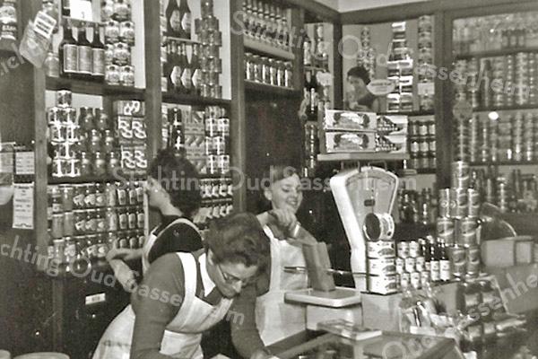 F3130<br /> Het interieur van de winkel van Cor van Goeverden. Links staat mevr. Jeanne van Goeverden.