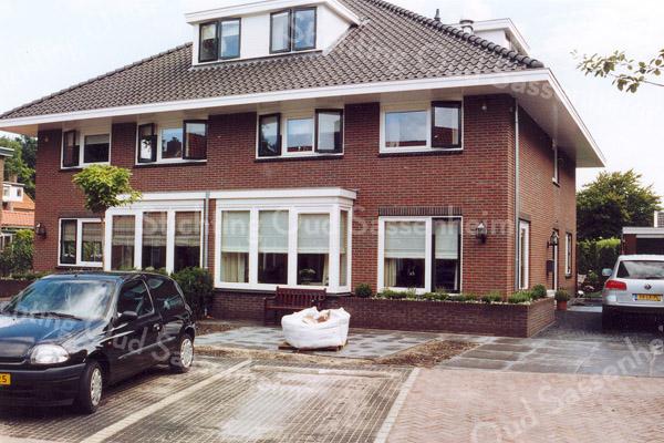 F0980b <br /> Nieuwbouw aan de J.P. Gouverneurlaan, nr. 45 en 45a, tussen de Parklaan en de Rusthofflaan. Op deze plaats stond voorheen het pand van de fam. Geerts (politieman). Foto: 2005.