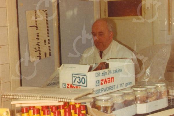 F4218 <br /> Piet Couvée in slagerij 'De Oude Post'
