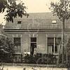 F0786 <br /> De tuinmanswoning Bosch-Zicht zoals op de daklijst staat. Jan Adam Charbon  liet dit huis – met uitzicht op het park – in 1907 bouwen aan de Menneweg nr. 4, thans J.P. Gouverneurlaan 28. In dit pand woonde eertijds jarenlang de tuinier de heer S. Esseveld, later ook vele jaren de fam. B. Kroon. Foto: vóór 1921.<br /> <br /> [Collectie Oudshoorn 046: tuinmanswoning Bosch-Zicht J.A. Charbon 1907 (Menneweg-Esseveld).]