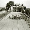 F4431<br /> Op 10 mei 1940 waren Nederlandse militairen in konvooi op weg naar het militaire vliegveld te Valkenburg. Op de foto hiernaast zien we de bus uit het konvooi die door een Duitse bom getroffen werd. Zestien soldaten en de chauffeur kwamen om het leven. In een bomkrater in het weiland werden tien soldaten en de chauffeur begraven.<br /> Rechts op de foto zien we Rijksweg 4 en links op de achtergrond boerderij Duivenvlugt aan de Haarlemmertrekvaart.<br /> De Rijksstraatweg is hier al aangesloten op de Vinkenweg in Oegstgeest. Het deel dat we hier zien, heet nu Verlengde Vinkenweg.