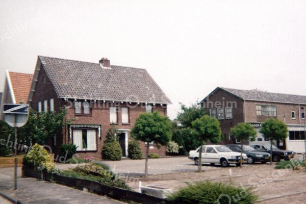 F0927 <br /> Woonhuis, bloemen- en plantenzaak en hoveniersbedrijf van H. Hoogkamer. Het adres is Heereweg 501, het eerste huis voorbij de grens met Lisse. In 1999 is de bollenschuur gesloopt. Op het open stuk land rechts zijn toen twee woningen gebouwd: Hoofdstraat 360 en 362, de meest noordelijke woningen van Sassenheim. Achter deze huizen is toen ook de Merelhof aangelegd, een zijstraatje van de Merellaan met vier villa's. En er werden ook nog twee woningen aan de Merellaan gebouwd. Foto: 1999.