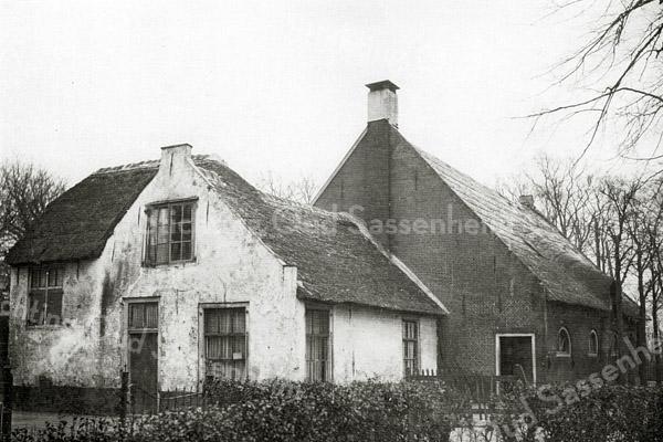 F0018 <br /> 17de-eeuwse boerderij aan de Kerklaan, gelegen op de plaats van de huidige nummers 44, 46 en 48. De boerderij was eigendom van J.A. Charbon en ging in 1917 over aan de gemeente. Laatst bewoond door de fam. Hoogstraten (tot 1918). Afgebroken in 1928.