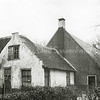 F0018 <br /> Een 17de-eeuwse boerderij aan de Kerklaan, gelegen op het terrein waar nu de huizen met de nummers 44, 46 en 48 staan. Deze boerderij, met de naam 'Rusthoff', was eigendom van J.A. Charbon. Van 1859 tot 1893 woonde A.J. van Rijn op de boerderij. In december 1917 kocht de gemeente het gehele landgoed Rusthoff incl. de pachtboerderij. Deze werd het laatst bewoond door de fam. Hoogstraten (1893-1918). Het pand is in 1928 afgebroken. Foto: 1909.