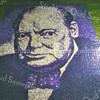"""F3981<br /> Een van de mooie en bekende mozaïeken die elk jaar te zien waren in de tuin van """"Silentium"""", een portret van Churchill. Zoon Jan Jonkman ontwierp deze mozaïeken met alleen de kleuren blauw en wit. Bekend is ook de afbeelding van Martin Luther King en van president Kennedy."""