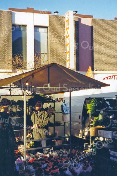 F0494<br /> Donderdagmarkt aan de Hoofdstraat met op de achtergrond de panden van Blokker en de Schoenenreus. Sinds 2001 is in het kader van de dorpsvernieuwing de markt verplaatst naar het plein vóór de Ned.-herv. kerk (Dorpskerk). Foto: 1999.
