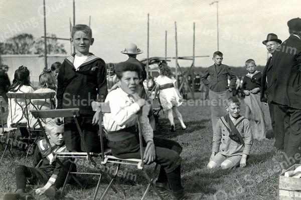 F0345 <br /> Oranjefeest t.g.v. Koninginnedag. De volksspelen werden in de jaren '30 op het sportterrein Sporthoff aan de Rusthofflaan gehouden, of op de Geitenwei ten noorden van de buitenplaats Ter Leede. De man rechts met hoed is de heer J. Wiepkema, hoofd van de lagere school. De jongen naast hem doet mee aan het zaklopen. Foto: jaren '30.