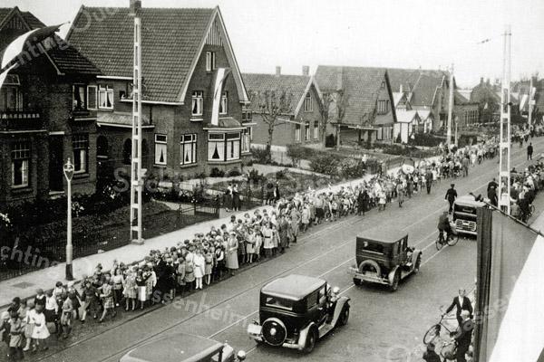 F1039 <br /> Oranje herdenking van de 400ste geboortedag van prins Willem I. De foto is genomen uit de dakgoot van Hoofdstraat 294. Foto: 1933.