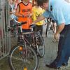 F2610<br /> Verkeersexamen voor basisschoolleerlingen, waarbij ook de fietsen gecontroleerd worden. Deze fraaie fiets van David Geenen van De Startbaan zal wel door de keuring heengekomen zijn. Foto: 2004.