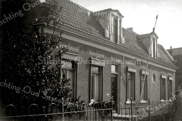 F0514b <br /> Het huis van de fam. Van der Voort aan de Hoofdstraat tegenover De Oude Tol, opgedeeld in tweeën en verbouwd in 1952/53. Het rechter gedeelte werd toen bewoond door Gijs Overvliet Gzn. en zijn vrouw Wil v.d. Voort. In het linker gedeelte woonde later de fam. Preenen. De panden zijn gesloopt in november 1977.