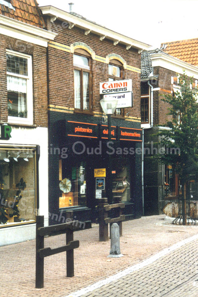 F0275 <br /> De winkel van MultiCopy (daarvóór Printservice) aan de Hoofdstraat, overgenomen van Cor Versluijs (handel in ijzerwaren). Thans (2016) is de bloemenwinkel Royal Fleur Tetteroo erin gevestigd. Printservice was actief op het gebied van drukwerk, kantoormachines en printwerk. Het pand is in 1994 te klein gebleken en het bedrijf is verhuisd naar de Koetsiersweg.    Foto: eind jaren '80.