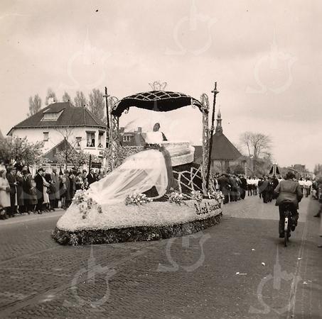 F4450<br /> Bloemencorso 1949, de wagen rijdt ter hoogte van het gemeentehuis.